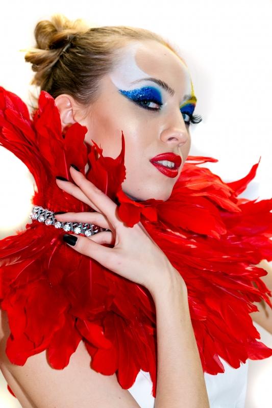 Модель с красными перьями